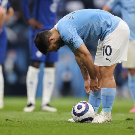 Sergio Aguero cobra e perde pênalti em Manchester City x Chelsea pelo Campeonato Inglês - Matthew Ashton - AMA/Getty Images