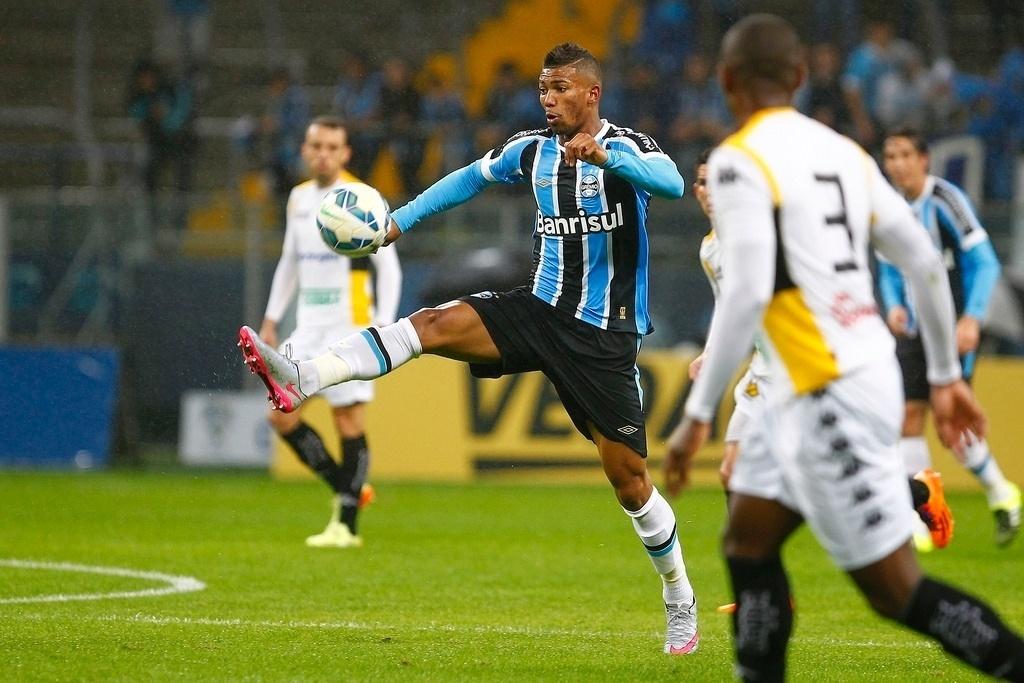 Wallace domina a bola no confronto entre Grêmio e Criciúma, válido pela Copa do Brasil