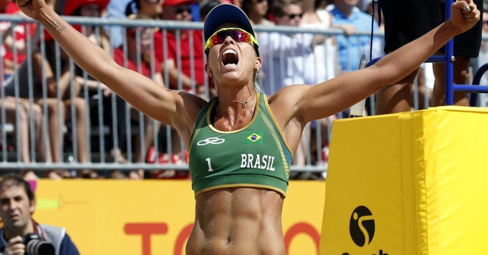 A brasileira Liliane Maestrini mostra a forma ao comemorar o bronze no vôlei de praia