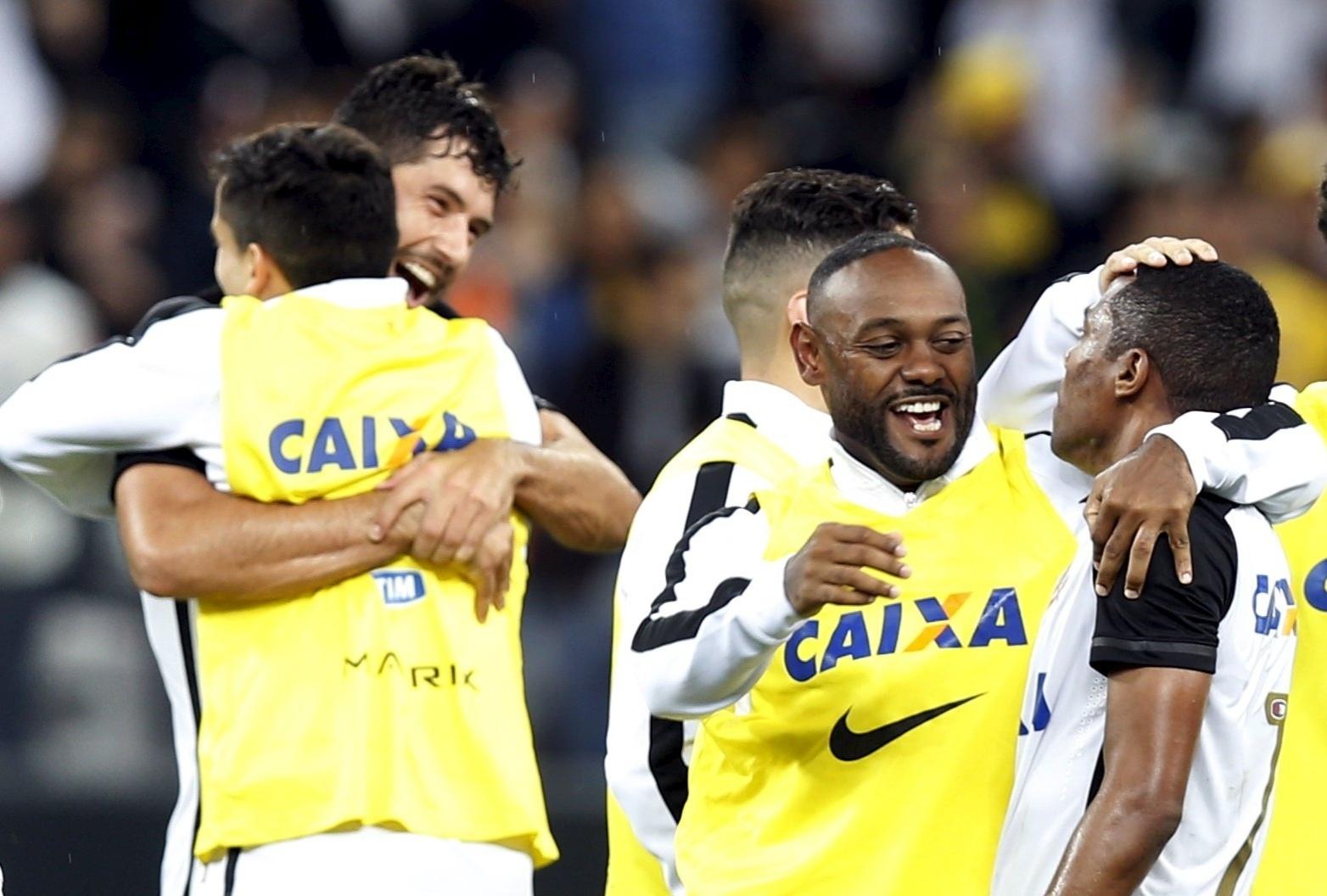 É campeão? Embalados pelo grito da torcida, jogadores do Corinthians festejaram muito a vitória sobre o Coritiba