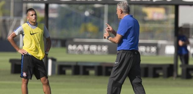Maycon escuta Tite em treino na terça-feira: estreia nos profissionais