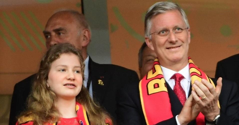 Rei Philippe, da Bélgica, e sua filha, a princesa Elisabeth, assistem ao jogo contra País de Gales na Eurocopa