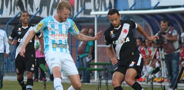 Nenê e Alemão disputam jogada em Avaí x Vasco no primeiro turno da Série B