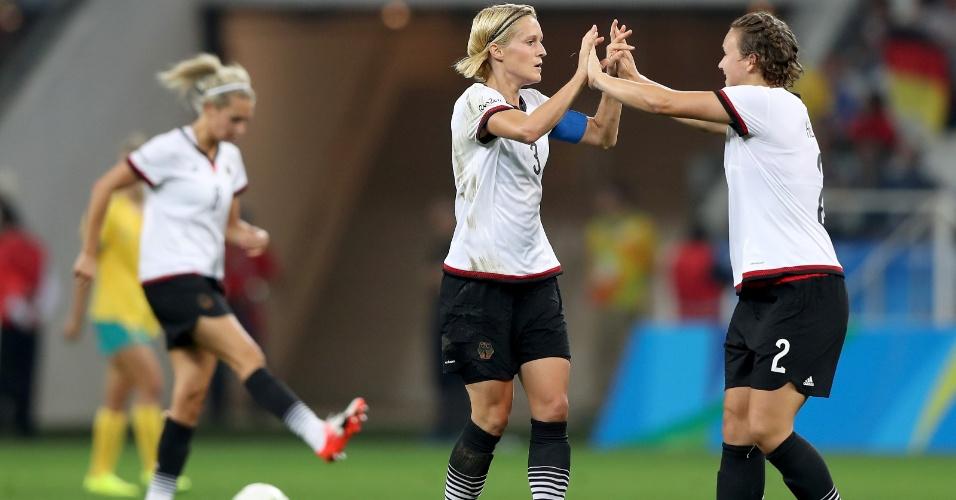 Saskia Bartusiak e Josephine Henning comemoram o empate da equipe alemã diante da Austrália