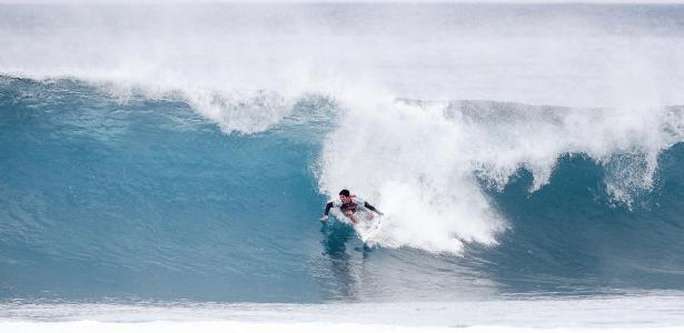 Gabriel Medina tenta colocar para dentro do tubo no Pipe Masters - Damien Poullenot/WSL