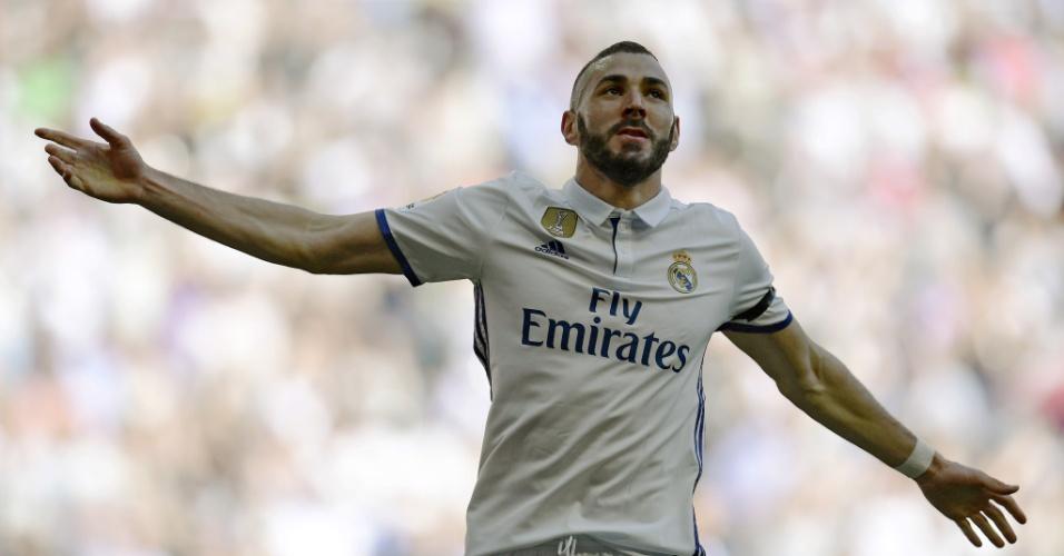Karim Benzema comemora gol do Real Madrid contra o Alavés