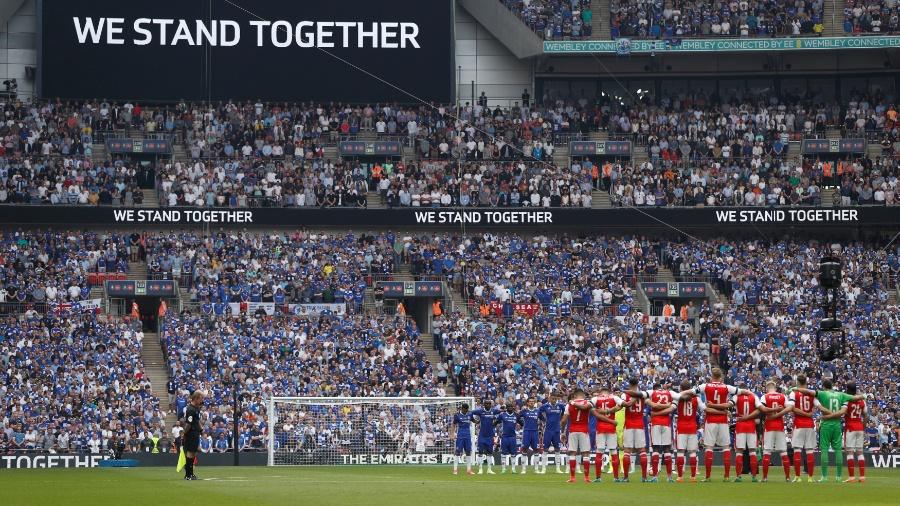 Jogadores de Arsenal e Chelsea respeitam um minuto de silêncio após atentado em Manchester - John Sibley/Reuters