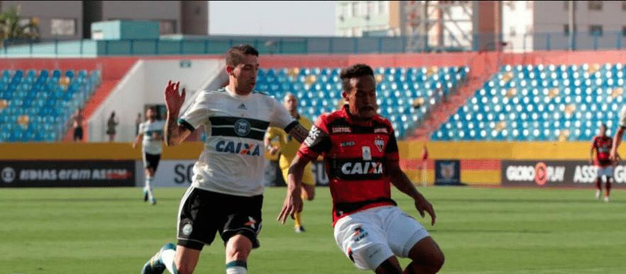 Rildo disputa bola em jogo entre Atlético-GO x Coritiba pelo Campeonato Brasileiro