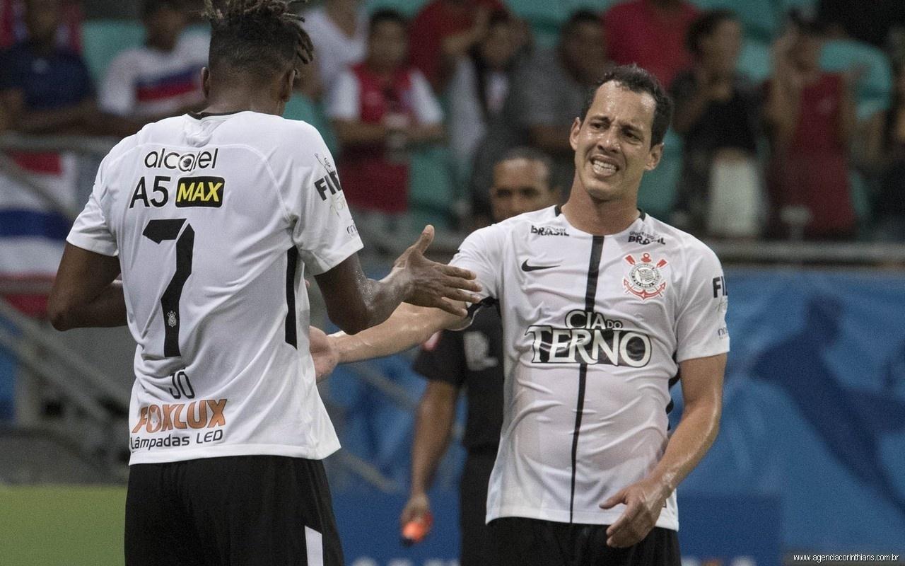 Jô cumprimenta Rodriguinho durante jogo entre Bahia e Corinthians