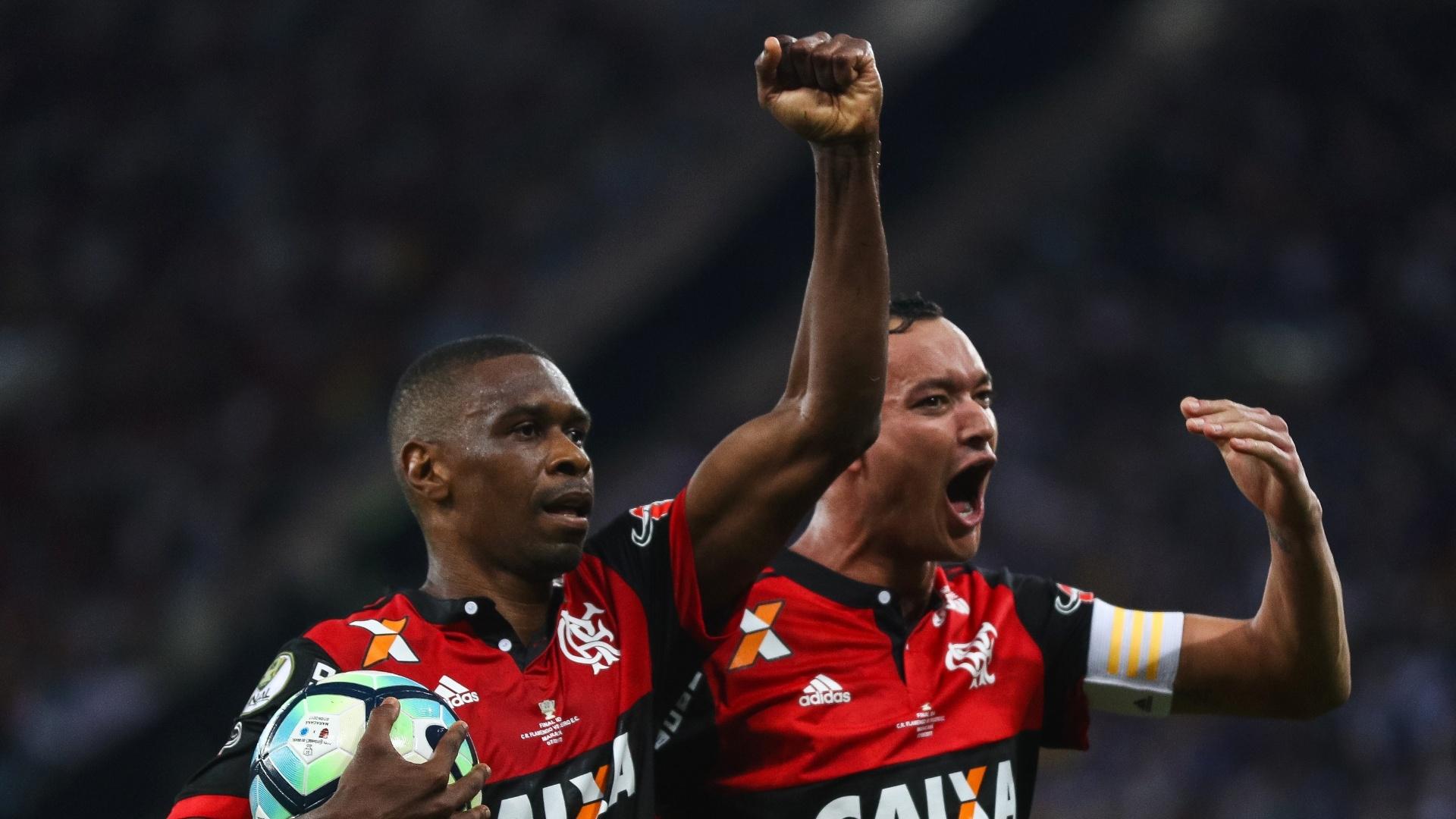 Juan e Rever comemoram em Flamengo x Cruzeiro, pela Copa do Brasil
