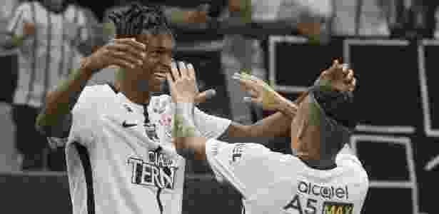 Jô faz a festa com Arana: pupilo do centroavante - Daniel Augusto Jr/Agência Corinthians - Daniel Augusto Jr/Agência Corinthians