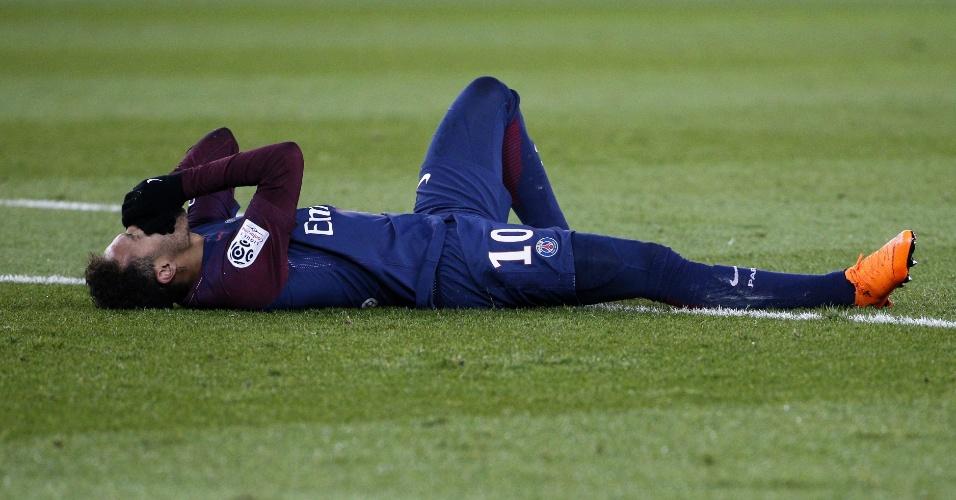 Neymar caído em campo na partida do PSG contra Olympique de Marselha