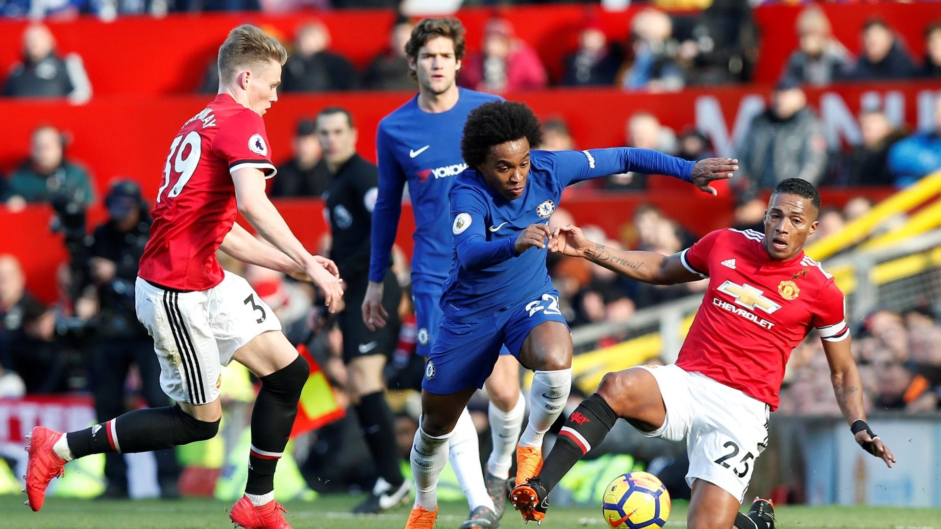 Willian tenta jogada durante Manchester United x Chelsea