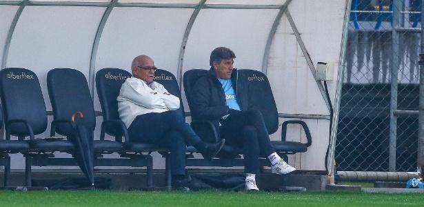 Renato Gaúcho observa treino ao lado de Romildo Bolzan Jr., presidente do Grêmio - Lucas Uebel/Grêmio