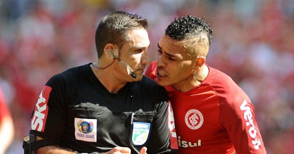 Jonathan Alves reclama com árbitro Leandro Bizzio Marinho dutante Internacional x Paraná