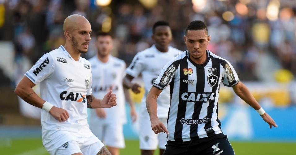 Luiz Fernando faz a marcação em Fábio Santos no jogo entre Botafogo e Atlético-MG