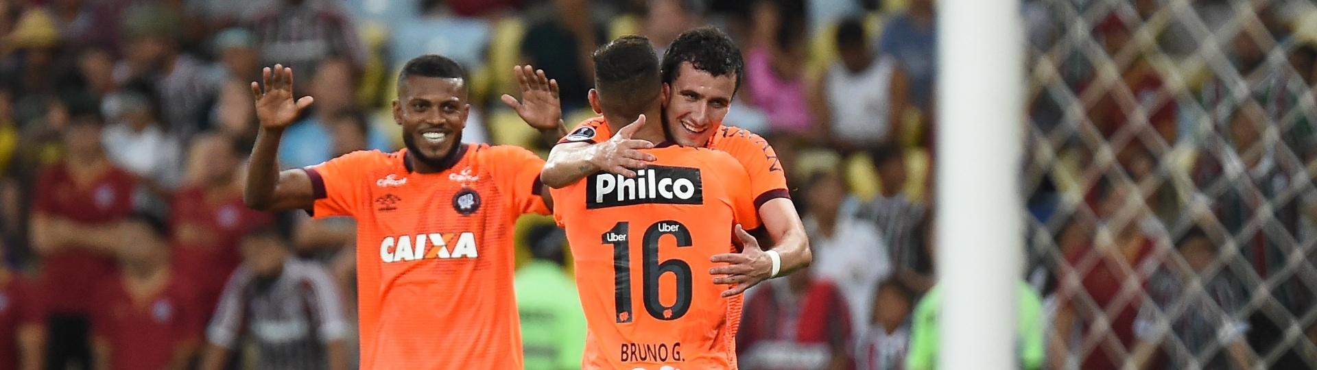 Jogadores do Atlético-PR comemoram gol de Bruno Guimarães
