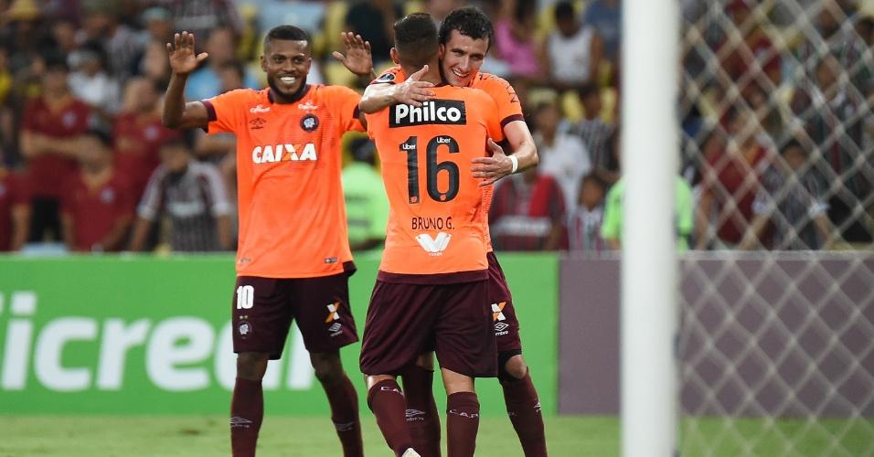 e6052f5fb2c16 Jogadores do Atlético-PR comemoram gol de Bruno Guimarães