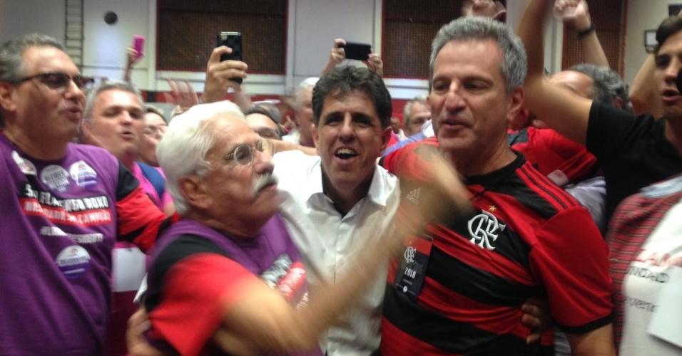 Rodolfo Landim é abraçado por apoiadores durante eleição presidencial no Flamengo