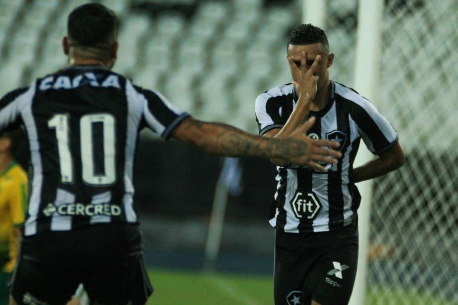 Erick do Botafogo comemora seu gol com o Kieza durante partida contra o Cuiabá na Copa do Brasil 2019