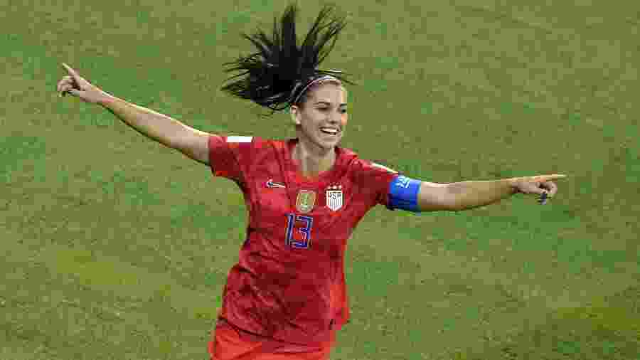Alex Morgan comemora seu gol na semifinal da Copa do Mundo Feminina, em que os EUA bateram a Inglaterra - Jean-Philippe KSIAZEK / AFP