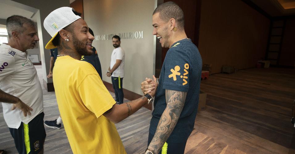 Neymar e Ederson se cumprimentam na concentração da seleção brasileira