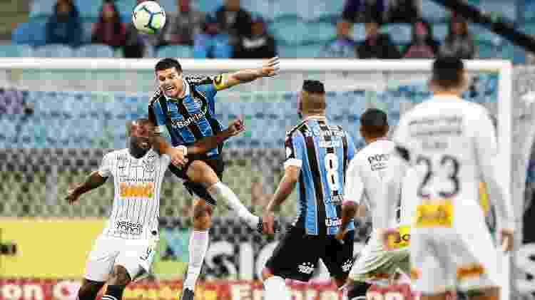 Kannemann, do Grêmio, disputa a bola pelo alto com Vagner Love, do Corinthians - Pedro H. Tesch/AGIF - Pedro H. Tesch/AGIF
