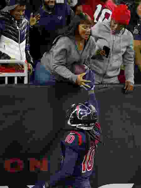 DeAndre Hopkins entrega bola para sua mãe, Sabrina Greenlee, durante jogo entre Houston Texans e Indianapolis Colts - Bob Levey/Getty Images