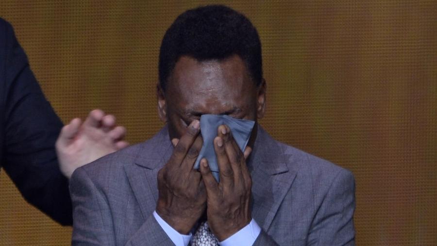 Pelé chora durante cerimônia da Bola de Ouro - AFP PHOTO / FABRICE COFFRINI