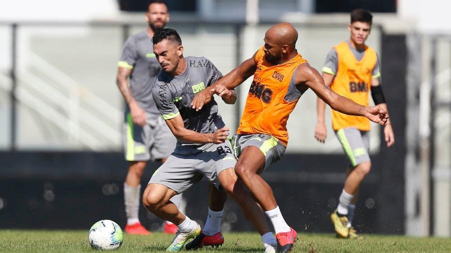 Raul (esq.) e Fellipe Bastos (dir.) disputam entre si uma vaga entre os titulares do Vasco da Gama - Rafael Ribeiro / Vasco