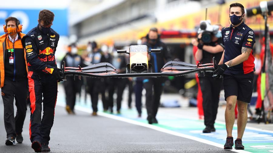 Equipe da Red Bull arruma carro de Max Verstappen após batida minutos antes do GP da Hungria - Mark Thompson/Getty Images