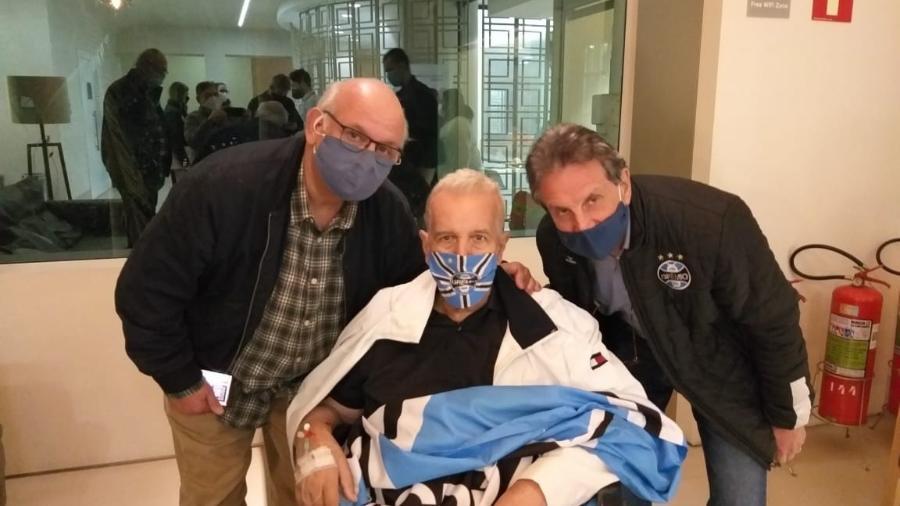 Bobsin recebeu alta em 26 de junho e dirigentes do Grêmio acompanharam saída do hospital - Divulgação/Grêmio FBPA