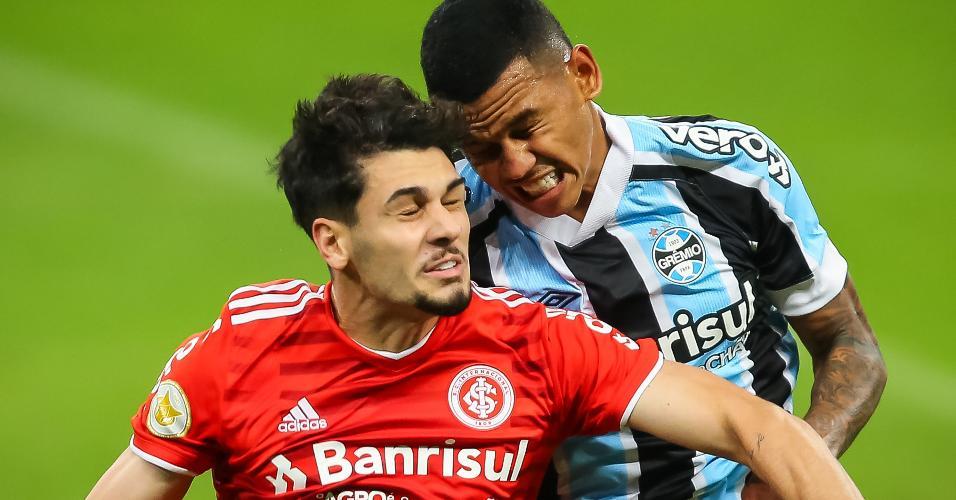 Fernando Henrique, do Grêmio, disputa lance com Johnny, do Inter, no clássico Gre-Nal 433, na Arena, pelo Brasileirão 2021