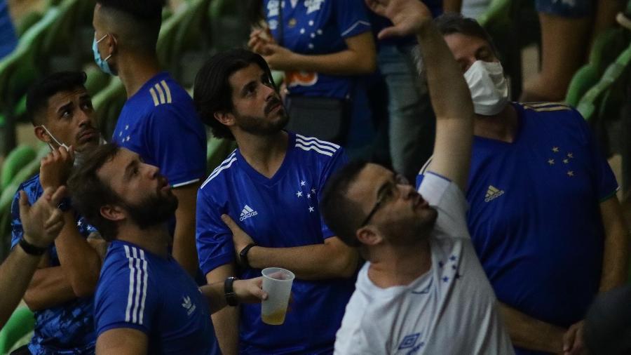 Torcedores do Cruzeiro protestam após a derrota do Cruzeiro para o CSA, na Arena Independência, pela Série B - VIVIANE MOREIRA/ESTADÃO CONTEÚDO