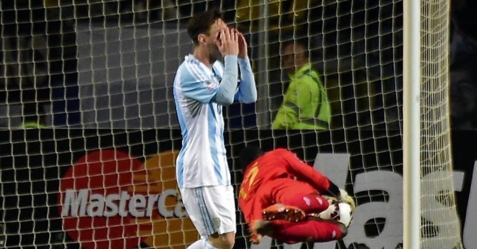 Messi se lamenta após o goleiro da Jamaica defender chute por cobertura