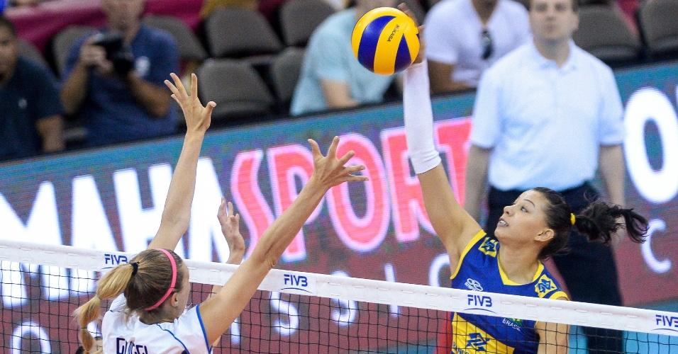 Carol, ponteira do Brasil, ataca contra a Itália na última partida da fase final do Grand Prix
