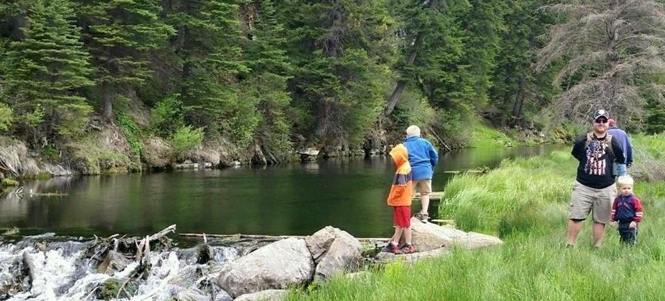 O americano saí com a família para pescar, uma das atividades que gosta e aprendeu durante a infância vivida numa fazenda