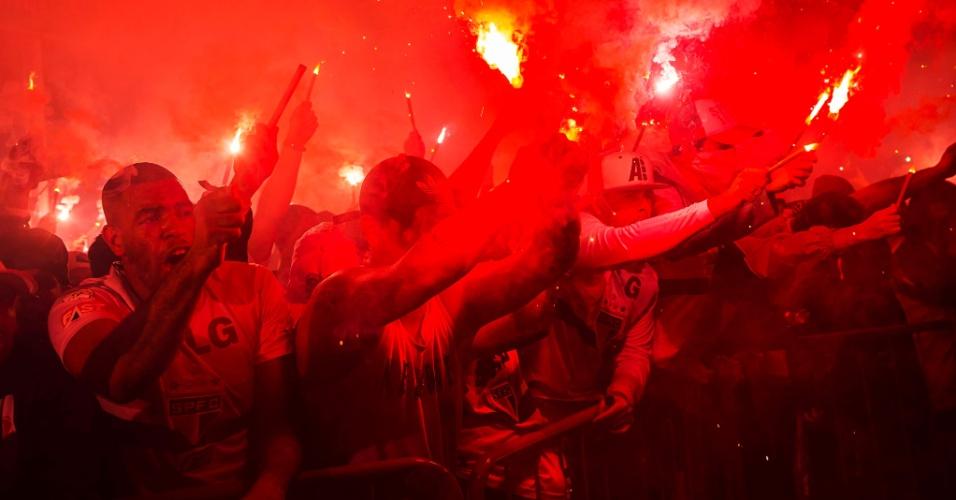 Torcedores do São Paulo deixam os arredores do Morumbi vermelho com festa antes de jogo contra o Galo