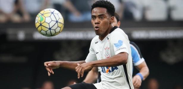 Elias tenta dominar a bola na partida entre Corinthians e Grêmio pelo Campeonato Brasileiro
