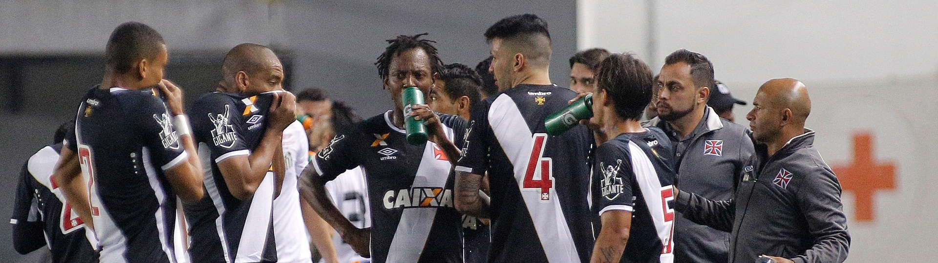 Jogadores do Vasco sofrem com o gás de pimenta na Vila Belmiro