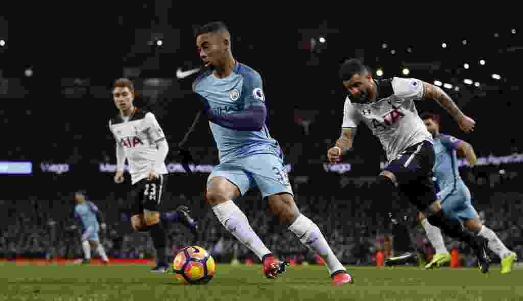 Gabriel Jesus arranca pela esquerda e quase dá assistência em sua primeira jogada pelo Manchester City - Reuters / Andrew Yates