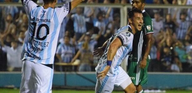 Fernando Zampedri (d) comemora gol do Atlético Tucumán diante do Palmeiras na Libertadores