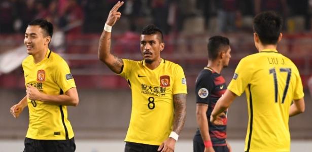 Paulinho (ao centro) em ação no Guangzhou Evergrande. Barcelona quer o volante