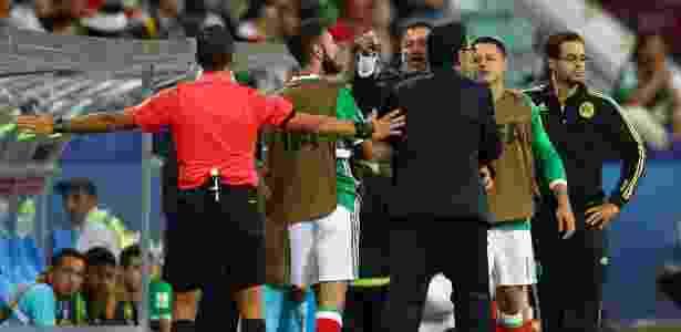 Juan Carlos Osorio, do México, discute com o técnico da Nova Zelândia, Anthony Hudson - Dean Mouhtaropoulos/Getty Images - Dean Mouhtaropoulos/Getty Images
