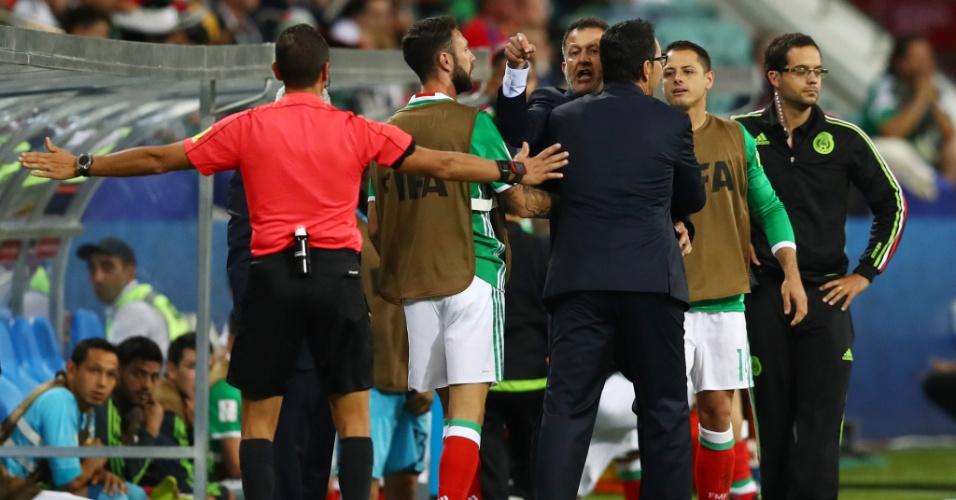 Juan Carlos Osorio, do México, discute com o técnico da Nova Zelândia, Anthony Hudson