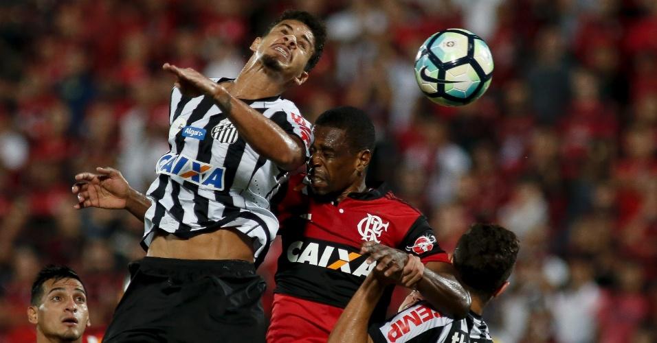 Lucas Veríssimo, do Santos, disputa bola pelo alto com Juan, do Flamengo