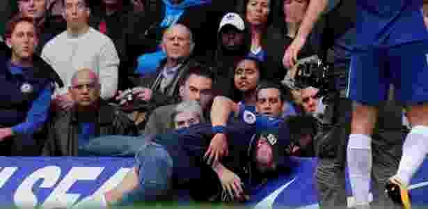 David Luiz se choca com um membro de um canal de televisão - Eddie Keogh/Reuters - Eddie Keogh/Reuters