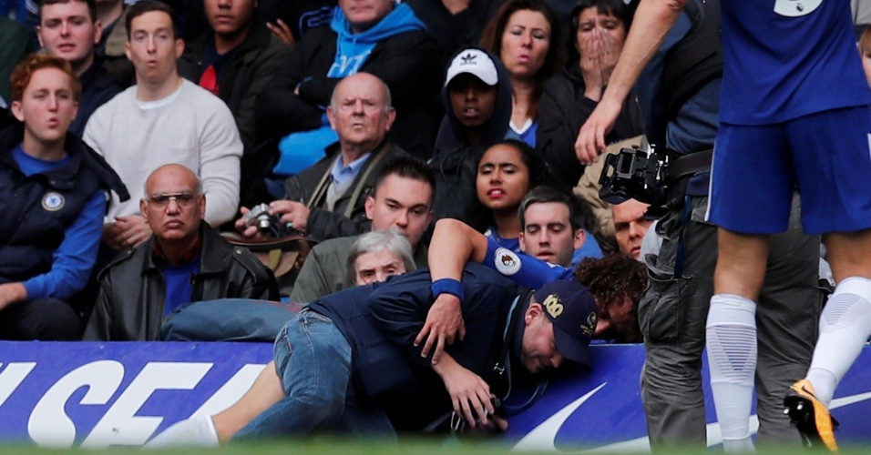 David Luiz se choca com um membro de um canal de televisão