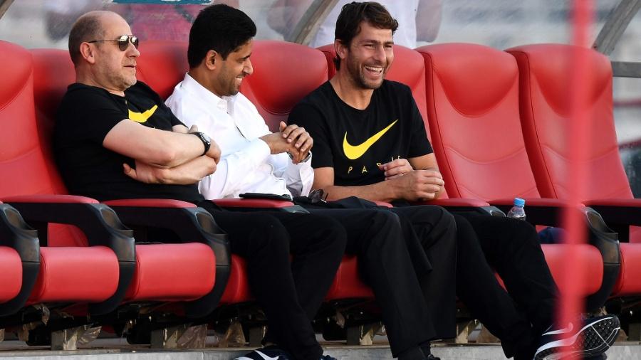 Antero Henrique (à esq.) conversa com Nasser Al-Khelaifi, presidente do PSG, e Maxwell - Franck Fife/AFP