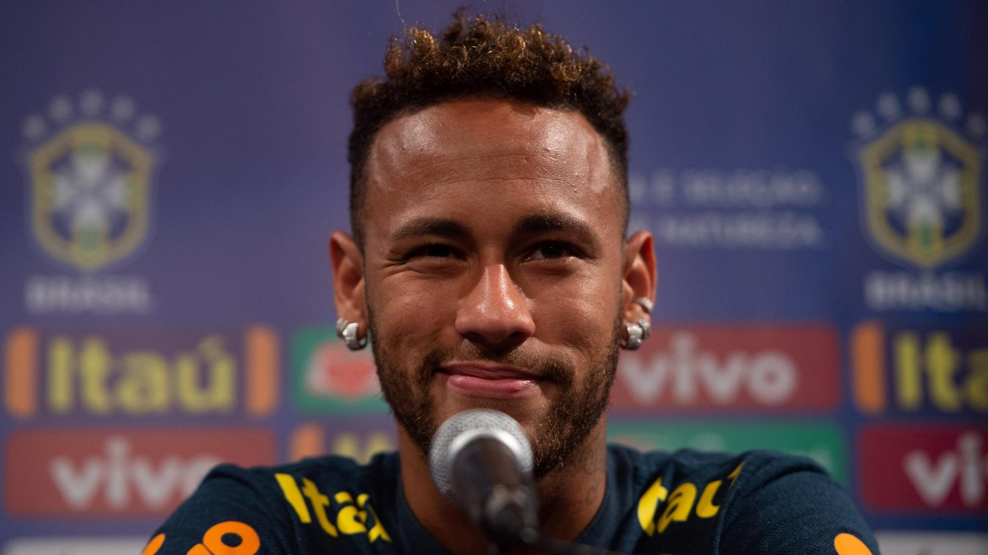 O atacante Neymar durante entrevista coletiva em Nova Jersey